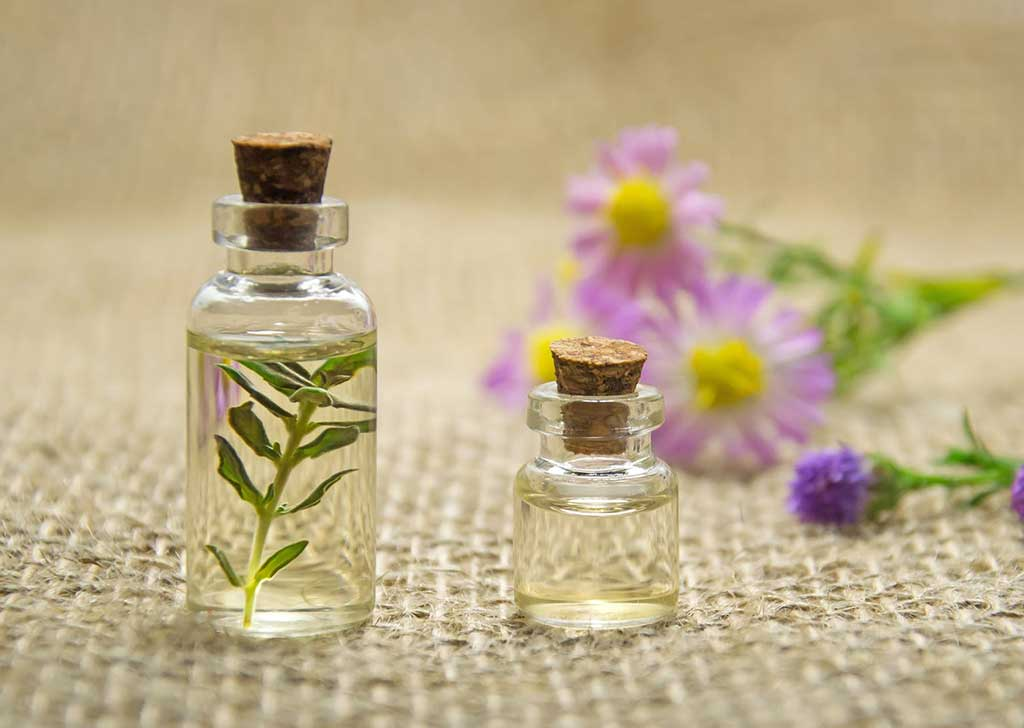 Natural and synthetic perfume oils